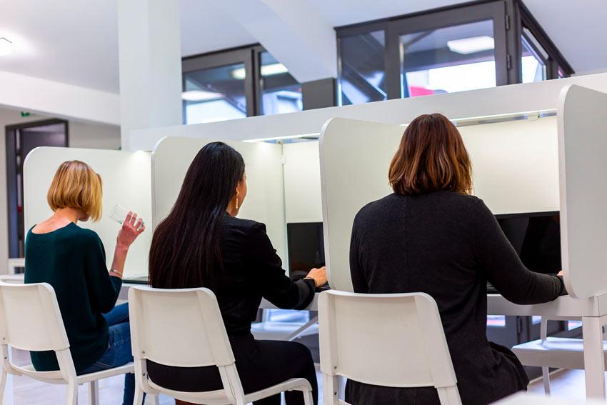 testeurs réalisant un test de aux postes de test